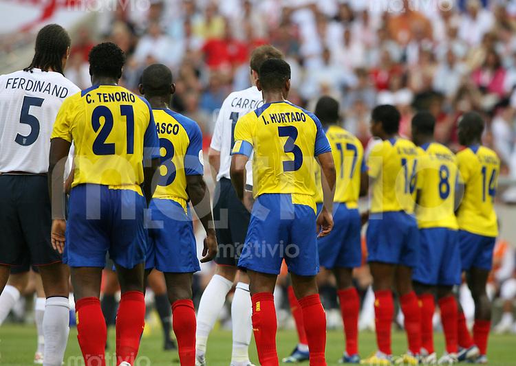 Fussball WM 2006  Achtelfinale    England - Ecuador Ecuadorianische Abwehrreihe bei einem Freistoss