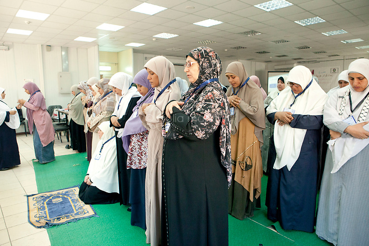 Muslim Sisters pray during a multimedia lecture by Dr Manal Abul Hassan, in FJP headquarters in Downtown, Cairo. Egypt, October 2012.<br />
