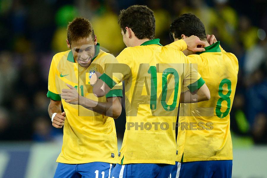 GENEBRA, SUICA, 21 DE MARCO DE 2013 -Neymar (e) e Oscar (c) jogadores da Selacao brasileira comemoram gol durante partida amistosa contra a Itália, disputada em Genebra, na Suíça, nesta quinta-feira, 21. O jogo terminou 2 a 2. FOTO: PIXATHLON / BRAZIL PHOTO PRESS