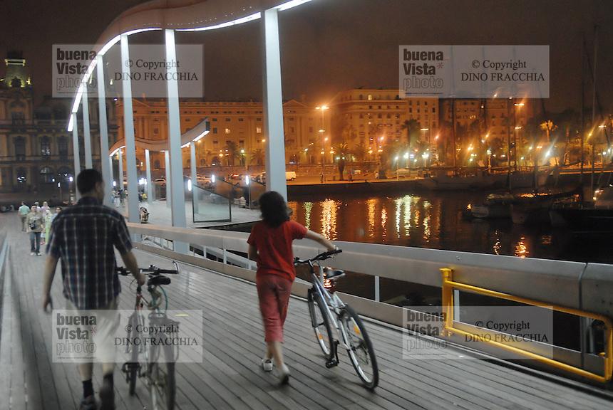 - Barcelona, Rambla de Mar pedestrian bridge in Port Vell district....- Barcellona, ponte pedonale della Rambla de Mar nel quartiere di Port Vell....