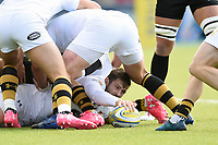 Elliot Daly of Wasps presents the ball. Aviva Premiership match, between Saracens and Wasps on October 8, 2017 at Allianz Park in London, England. Photo by: Patrick Khachfe / JMP