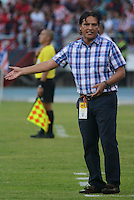 BARRANQUIILLA -COLOMBIA-08-02-2015. Flavio Torres técnico de Once Caldas gesticula durante partido con Atlético Junior por la fecha 2 de la Liga Águila I 2015 jugado en el estadio Metropolitano Roberto Meléndez de la ciudad de Barranquilla./ Flavio Torres coach of Once Caldas gestures during match against Atletico Junior for the second  date of the Aguila League I 2015 played at Metropolitano Roberto Melendez stadium in Barranquilla city.  Photo: VizzorImage/Alfonso Cervantes/STR