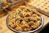 Nederland  Beverwijk  2017. De Bazaar in Beverwijk. De Bazaar in Beverwijk is al 37 jaar de plek waar uiteenlopende culturen samenkomen en is de grootste overdekte markt in Europa. De Bazaar bestaat uit verschillende marktdelen. Hal Mihrab. Tarboosh, Orient Sweets. Tarboosh is gespecialiseerd in Arabische baklava.    Foto Berlinda van Dam / Hollandse Hoogte