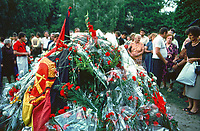 UNGARN, 14.07.1989<br /> Budapest - VIII. Bezirk<br /> Staatsbegraebnis von Janos Kadar (korrekt: János Kádár), Generalsekretaer der Kommunistischen Partei MSZMP auf dem Kerepesi Nationalfriedhof. Gedränge und Chaos am frischen Grab, nicht weit vom Kommunistischen Pantheon. DDR-Flagge.<br /> State funeral of Communist Party (MSZMP) General Secretary Janos Kadar who died on July 6. Crowding and chaos at the grave not far from the Kerepesi national cemetery's communist pantheon. GDR flag.<br /> © Martin Fejer/EST&OST