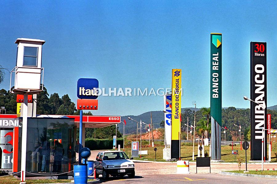 Serviços de banco na rodovia Bandeirantes, São Paulo. 2000. Foto de Juca Martins.