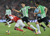BOGOTÁ -COLOMBIA, 07-05-2014. Dairon Mosquera (Izq) de Independiente Santa Fe disputa el balón con Diego Alejandro Arias (C) y Francisco Najera (Der) del Atlético Nacional durante partido de ida por las semifinales de la Liga Postobón  I 2014 jugado en el estadio Nemesio Camacho el Campín de la ciudad de Bogotá./ Independiente Santa Fe player Dairon Mosquera (L) fights for the ball with Atletico Nacional player Diego Alejandro Arias (C) and Francisco Najera(R) during first leg match for the semifinals of the Postobon League I 2014 played at Nemesio Camacho El Campin stadium in Bogotá city. Photo: VizzorImage/ Gabriel Aponte / Staff