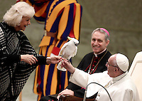 Papa Francesco riceve un pappagallo da Liana Orfei durante l'esibizione di alcuni artisti del Golden Circus al termine dell'Udienza Generale del mercoled&igrave; in Aula Paolo VI in Vaticano, 28 dicembre 2016.<br /> Pope Francis receives a parrot from Liana Orfei during the performance of some members of the Golden Circus at the end of his weekly general audience in Paul VI Hall at the Vatican on December 28, 2016.<br /> UPDATE IMAGES PRESS/Isabella Bonotto<br /> <br /> STRICTLY ONLY FOR EDITORIAL USE