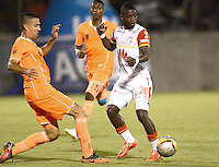 ENVIGADO -COLOMBIA-01-05-2015. Andres Orozco (Izq) de Envigado FC disputa el balón con Yamilson Rivera (Der) de Independiente Santa Fe durante partido por la fecha 18 de la Liga Águila I 2015 realizado en el Polideportivo Sur de la ciudad de Envigado./ Andres Orozco (L) of Envigado FC fights for the ball with Yamilson Rivera (R) of Independiente Santa Fe during match for the 18th date of the Aguila League I 2015 at Polideportivo Sur in Envigado city.  Photo: VizzorImage/León Monsalve/STR