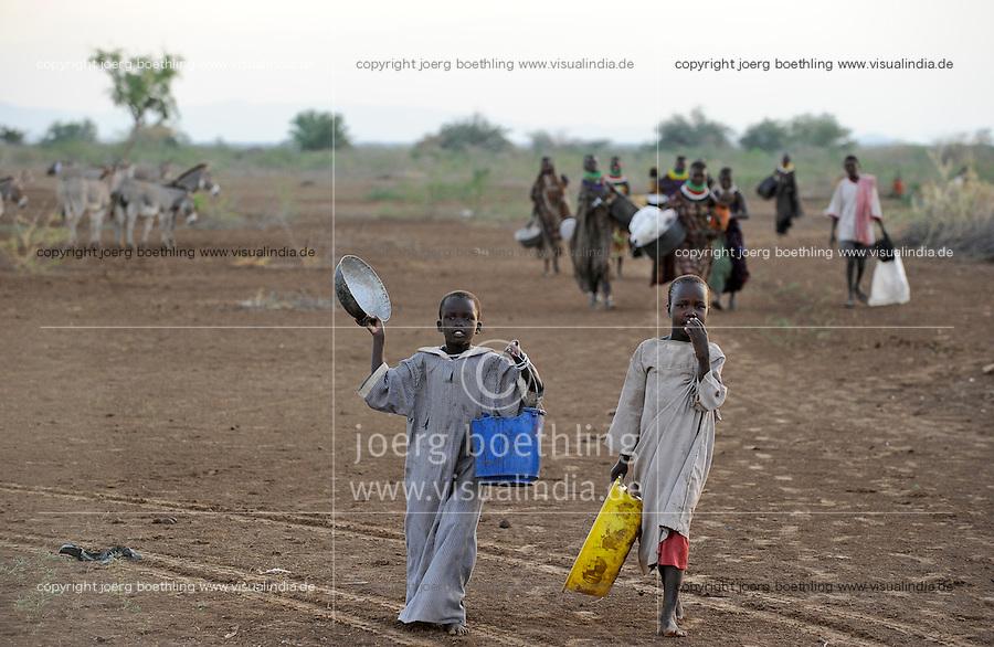 KENYA Turkana Region, Kakuma , here the Turkana a nilotic tribe are living, hunger catastrophy are permanent due to drought and bad harvest hunger, people walk to a Don Bosch food distribution / KENIA Turkana Region , Kakuma, hier leben die Turkana ein nilotisches Volk, durch Duerre und Missernten kommt es hier regelmaessig zu Hungersnoeten, Menschen auf dem Weg zu einer Nahrungsmittel Verteilung durch Don Bosco