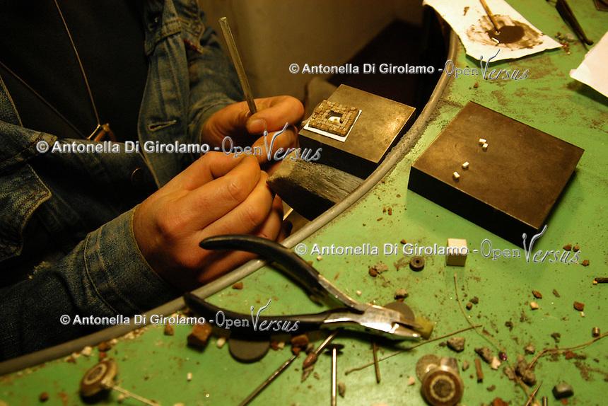 Artigiani a San Lorenzo, quartiere storico di Roma.Giorgio Marano nel suo laboratorio orafo..Craftsmen in San Lorenzo, historic district of Rome. Giorgio Marano goldsmith in his workshop....