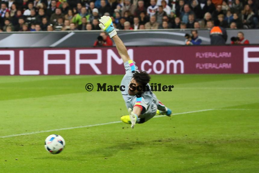 Gianluigi Buffon (ITA) zu spät beim Schuss von Toni Kroos (D) zum 1:0 - Deutschland vs. Italien, Allianz Arena München
