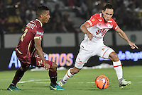 IBAGUÉ -COLOMBIA, 14-12-2016. Fainer Torijano (Izq) jugador de Deportes Tolima disputa el balón con Anderson Plata (Der) jugador de Independiente Santa Fe durante partido de ida por la final de la Liga Aguila II 2016 jugado en el estadio Manuel Murillo Toro de la ciudad de Ibagué./ Fainer Torijano (L) player of Deportes Tolima vies for the ball with Anderson Plata (R) player of Independiente Santa Fe during first leg match for the final of the Aguila League II 2016 played at Manuel Murillo Toro stadium in Ibague city. Photo: VizzorImage/ Gabriel Aponte / Staff