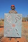 Malya Teqmay, peintre aborigene de la communauté Mutitjil. Il apporte sa toile au centre artistique pres d'Uluru. Il travaille avec l'association Maruku qui regroupe environ 800 artistes répartis dans le désert du centre