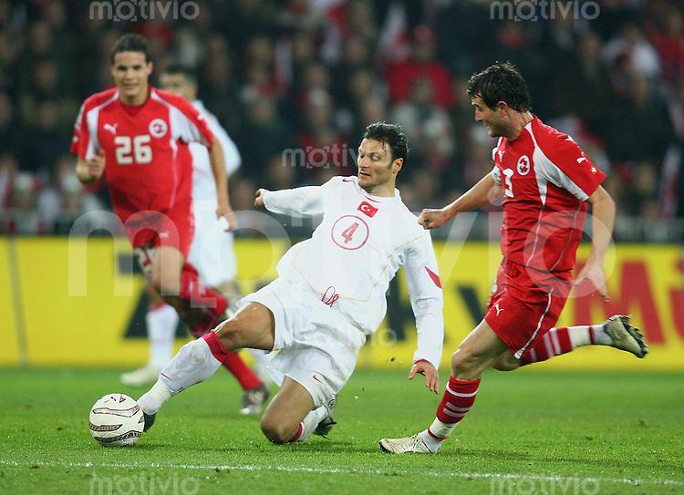 Fussball International WM Qualifikation Schweiz 2-0 Tuerkei Alpay Oezalan (TUR,mitte) gegen Alexander Frei (SUI,re) und Philipp Degen (SUI)