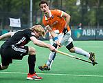 BLOEMENDAAL   - Hockey -  3e en beslissende  wedstrijd halve finale Play Offs heren. Tim Swaen (Bldaal)  met Klaas Vermeulen (A'dam) .    Amsterdam plaats zich voor de finale.  COPYRIGHT KOEN SUYK