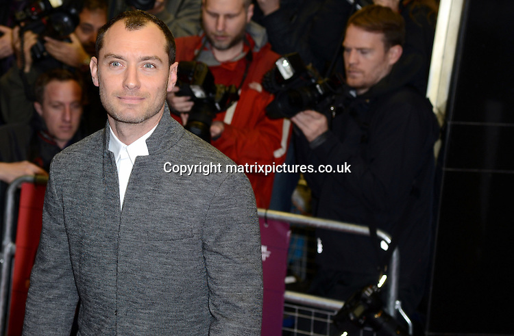 NON EXCLUSIVE PICTURE: MATRIXPICTURES.CO.UK<br /> PLEASE CREDIT ALL USES<br /> <br /> WORLD RIGHTS<br /> <br /> English actor Jude Law attending the UK premiere of Dom Hemingway, at The Curzon Mayfair in London. <br /> <br /> OCTOBER 28th 2013<br /> <br /> REF: SLI 137031