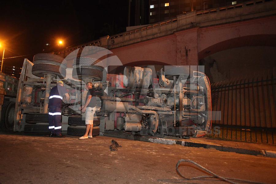 SAO PAULO, SP, 04 JULHO 2012 - TOMBAMENTO CAMINHAO - <br /> Tombamento de caminhão, Av 23 de Maio próximo ao acesso a Radial Leste, 01 vítima ao PS Vergueiro, na noite desta quarta-feira, 04. (FOTO: LUIZ GUARNIERI / BRAZIL PHOTO PRESS).