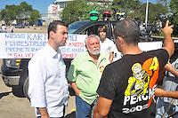 RIO DE JANEIRO, RJ, 25 DE AGOSTO 2012 - MANIFESTAÇÃO PÚBLICA SOS AUTÓDROMO/RJ - O candidato à prefeitura do RJ, Marcelo Freixo (PSOL), conversa com um manifestante, durante o Ato SOS Autódromo do Rio de Janeiro, na tarde deste sabado, 25. FOTO BRUNO TURANO  BRAZIL PHOTO PRESS