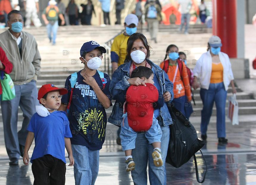 Usuarios de la Central camionera de La Tapo utilizan cubrebocas o tapabocas para prevenirse de la Influeza Porciona o gripe porcina que azota a la Ciudad de México, el 29 de abril de 2009. Foto: Alejandro Meléndez