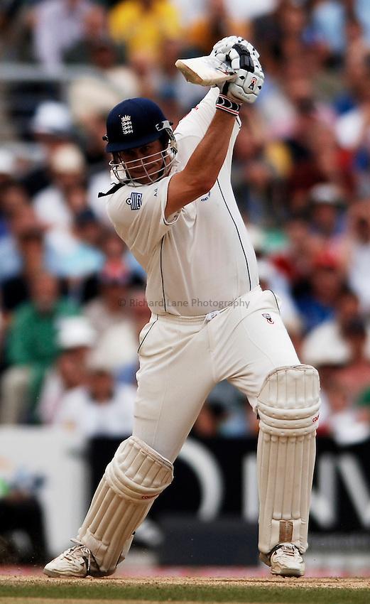 Photo: Glyn Thomas..England v Australia. nPower Test Series. The Ashes 2005..12/09/2005..England's Ashley Giles hits out.