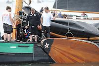 SKUTSJESILEN: LEMMER: Baai van Lemmer, 30-05-2014, Lemmer Ahoy, Aanvaring tussen de skûtsjes de Sneker Pan en de zes gebroeders uit Makkum, beide staken de strijd, de schade aan de verstaging wordt door de bemanning van Sneek bekeken, ©foto Martin de Jong