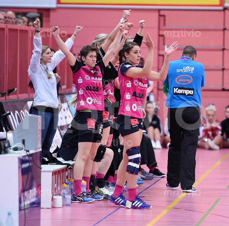 Handball 1. Bundesliga Frauen 2015/2016:   in der Paul Horn Arena Tuebingen TuS Metzingen - Borussia Dortmund     29.12.2015 JUBEL Patricia Stefani (Mitte, TuS)