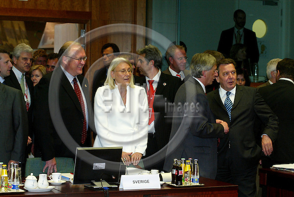 BRUSSELS - BELGIUM - 16 JUNE 2005 -- EU SUMMIT.-- From left Swedish Prime Ministe G?ran PERSSON, Laila FREIVALDS, Swedish Minister for Foreign Affairs, Jean-Claude JUNCKER, Prime Minister Luxembourg, talking with Gerhard SCHR?DER (Schroder, Schroeder) Federal Chacellor Germany. PHOTO: ERIK LUNTANG / EUP-IMAGES..