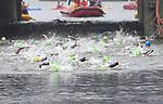 06.07.2019,  Innenstadt, Hamburg, GER, Hamburg Wasser World Triathlon, Elite Frauen, im Bild die Triathletinnen in der Alster auf dem Weg zum Ausstieg am Rathaus Foto © nordphoto / Witke *** Local Caption ***