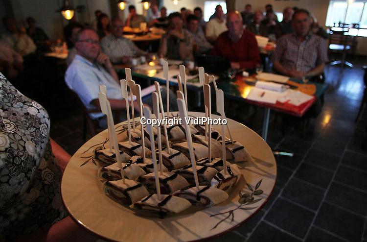 """Foto: VidiPhoto..RANDWIJK - In hofstede Het Klaphek in het Betuwse Randwijk werd woensdagavond een """"culinaire discussieavond"""" gehouden over de ganzenproblematiek in Nederland. De veroorzakers van het problemen, de ganzen, waren aanwezig in de diverse culinaire gerechten. De aanwezige agrariërs zien de schadeveroorzakers dan ook het liefst in hun maag verdwijnen.."""