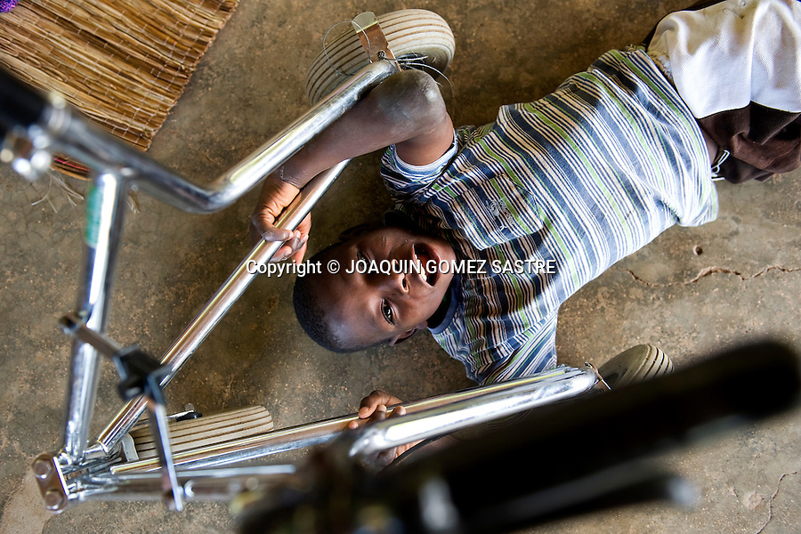 BOMBUAKA-TOGO-AFRICA.Niños con problemas de movilidad y problemas psiquicos en el Centro Don Orione de Bombuaka.foto © JOAQUIN GOMEZ SASTRE