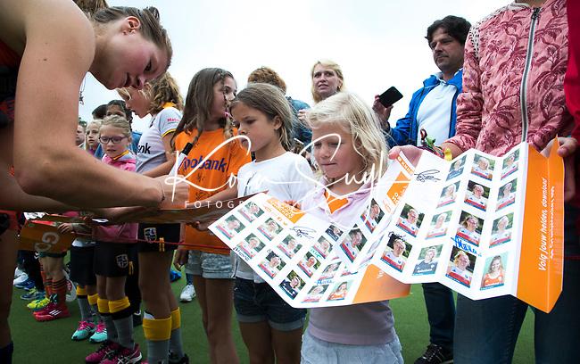 SCHIEDAM - Margot Zuidhof (Ned)  handtekeningen uit  na de oefenwedstrijd tussen  de dames van Nederland en Belgie  (0-1), in aanloop naar het  EK Hockey, eind augustus in Amstelveen. COPYRIGHT  KOEN SUYK
