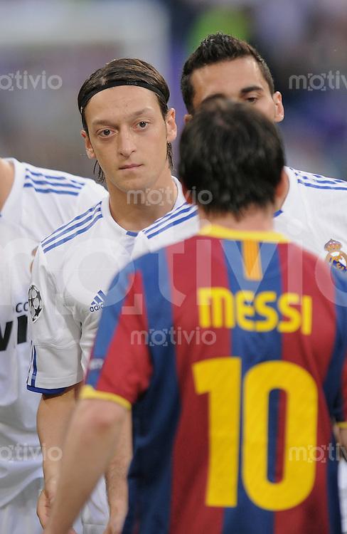 FUSSBALL   CHAMPIONS LEAGUE   SAISON 2010/2011   Halbfinale  27.04.2011 Real Madrid  -  FC Barcelona Mesut Oezil (li, Real Madrid) beobachtet Lionel Messi (li, Barca Nr10)