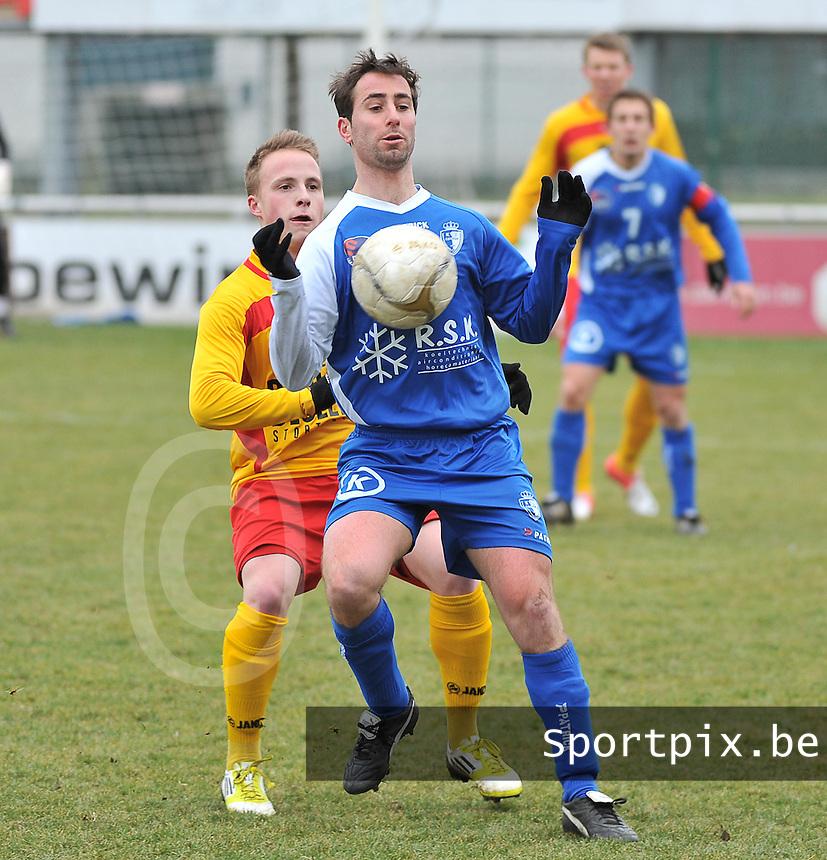 Racing Waregem - KVV Koksijde : Bart Syx aan de bal voor Thomas Cornelis.foto VDB / BART VANDENBROUCKE