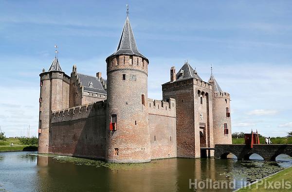 Nederland Muiden 2015 06 15. Het Muiderslot. Het Muiderslot is een middeleeuws kasteel in het Noord-Hollandse Muiden. Het is een rijksmuseum. Het kasteel is een vierkante waterburcht. Op iedere hoek van het kasteel staat een ronde toren en binnen de muren staat een groot gebouw met trapgevels. Het kasteel heeft een slotgracht met een ophaalbrug.