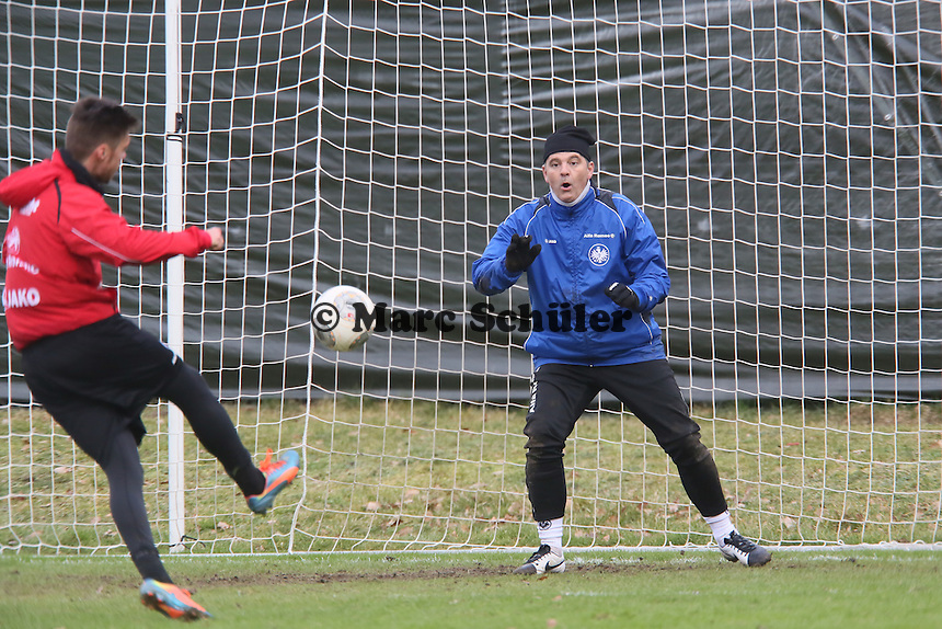 Torwarttrainer Moppes Petz (Eintracht) als dritter Torwart im Training gegen Vaclav Kadlec
