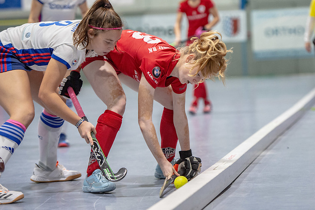 Mannheim, Germany, January 12: During the 1. Bundesliga women indoor hockey match between Mannheimer HC and Ruesselsheimer RK on January 12, 2020 at Irma-Roechling-Halle, Am Neckarkanal in Mannheim, Germany. Final score 5-4. (Photo by Dirk Markgraf / www.265-images.com) *** Antonia Hendrix #8 of Mannheimer HC, Viola Becker #13 of Ruesselsheimer RK