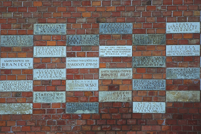 Mur z cegielkami upamietniajacymi darczyncow na rzecz remontu Wawelu, Krakow<br /> Wall with commemoratory slabs presenters for repairing Wawel, Cracow, Poland