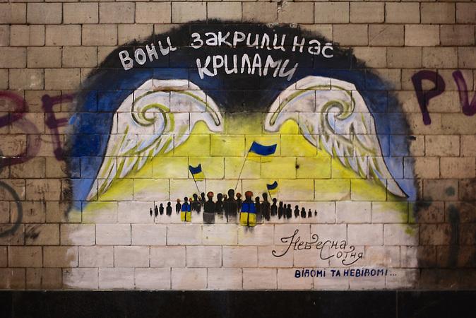 """""""Sie haben uns mit Flügeln bedeckt"""". Grafitti zu Ehren der sogenannten """"Himmlischen Hundert"""" am Rande des Unabhängigkeitsplatzes.  In Kiew findet ein Architekturwettbewerb für ein Denkmal zu Ehren der im Februar 2014 erschossenen Maidan-Demonstranten statt. Auch die Stararchitektin Zaha Hadid nimmt daran teil. Besonders jungen Kiewern geht das zu schnell. Sie wollen eine neue Erinnerungskultur."""