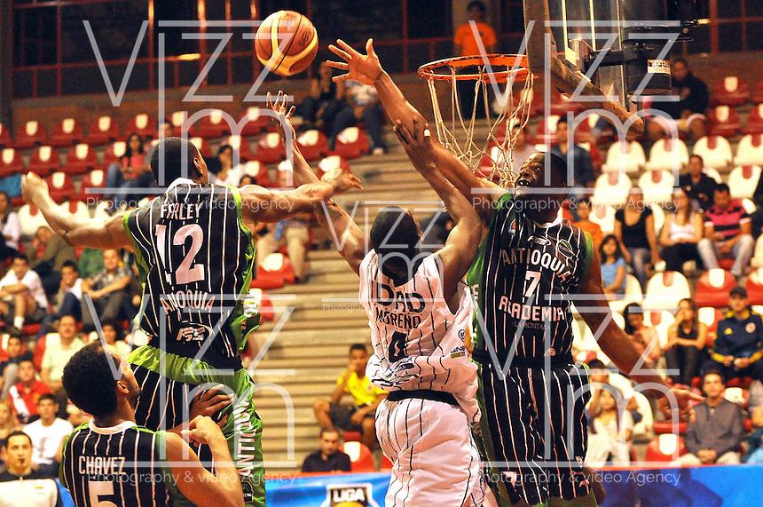 MEDELLÍN -COLOMBIA-22-03-2013. Edgar Moreno de Piratas trata de ganar el rebote a Desmond Blue (7) y Steffon Farcey (12) de Academia de la Montaña en partido de la fecha 17  de la Liga Direct TV de baloncesto Profesional de Colombia 2013./  Edgar Moreno of Piratas tries to win the rebound to Desmond Blue (7) and Steffon Farcey (12) of Academia de la Montaña during the game of the seventeenth date of DirecTV professional basketball League 2013 in Colombia. Photo: VizzorImage/ Luis Ríos / STR