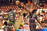 MEDELLÍN -COLOMBIA-22-03-2013. Edgar Moreno de Piratas trata de ganar el rebote a Desmond Blue (7) y Steffon Farcey (12) de Academia de la Montaña en partido de la fecha 17  de la Liga Direct TV de baloncesto Profesional de Colombia 2013./  Edgar Moreno of Piratas tries to win the rebound to Desmond Blue (7) and Steffon Farcey (12) of Academia de la Montaña during the game of the seventeenth date of DirecTV professional basketball League 2013 in Colombia. Photo: VizzorImage/ Luis Ríos / STR