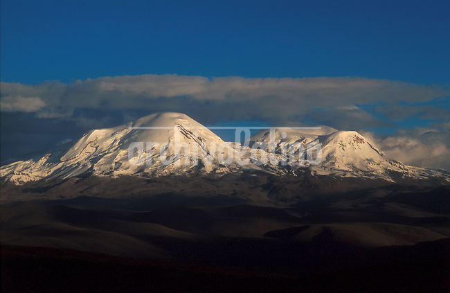 El pico  nevado del Coropuna, de 6035 metros , en los Andes de Arequipa , sur de Peru +montana*The  Coropuna peak covered with sonw , 6035 meters above sea  level, in the Southern Peruvian Andes of Arequipa+mountain