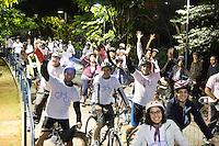 SÃO PAULO, SP - 05.06.2013: BICICLETADA NOTURNA ABERTURA DA 3 VIRADA USTENTÁVEL -  Participantes durante a saída da Bicicletada de Abertura da Virada Sustentável, organizada pelo Bike Anjo em parceria com a Philips, essa pedalada noturna tem 11 km  de percurso, com saída do Centro Cultural São Paulo, passando pela praça do Ciclista na Paulista, Parque do Iberapuera e retornando ao Centro Cultural São Paulo. Esse evento marca o início das atividades da Virada Sustentável 2013. (Foto: Marcelo Brammer/Brazil Photo Press)