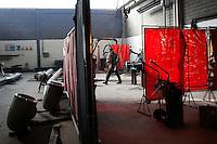 Millesimo (SV): un operaio all'interno delle officine Demont una azienda che produce anche per Fincantieri.
