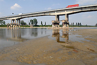 - exceptional low water of the Po river, Viadana bridge (Mantua)....- secca eccezionale del fiume Po, ponte di Viadana (Mantova)
