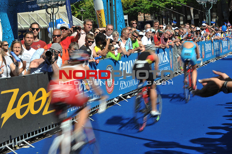 20.07.2013,  Innenstadt, Hamburg, ITU World Triathlon, Elite Women, im Bild Feature Fahrradfahrerinnen verwischt// championship at City hall Hamburg 2013/07/20, Hamburg    Foto © nph / Witke *** Local Caption ***