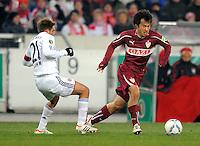 FUSSBALL   DFB POKAL   SAISON 2011/2012   VIERTELFINALE VfB Stuttgart - FC Bayern Muenchen                      08.02.2012 Philipp Lahm (li, FC Bayern Muenchen) gegen Shinji Okazaki (VfB Stuttgart)