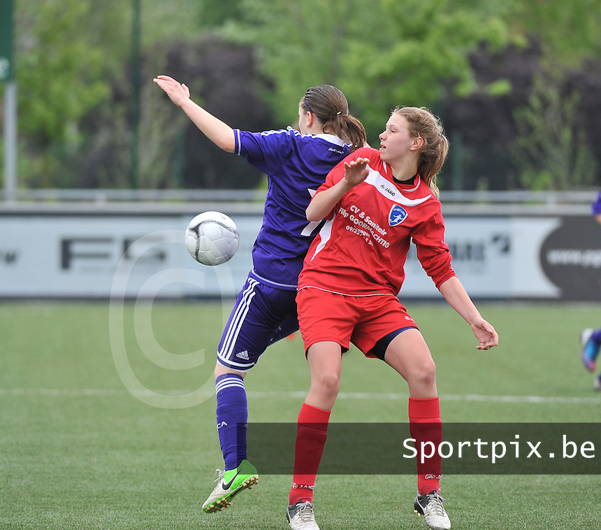 AA Gent Ladies U16 - RSC Anderlecht : duel tussen Shauny Polfliet (links) en Marthe Carton.foto DAVID CATRY / Nikonpro.be