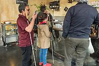 """Blindentrainer Juan Ruiz motiviert als Coach Kinder und Jugendliche mit Sehbehinderung und lehrt ihnen unter anderem mit einer einzigartigen Technik durch Klicklaute sich raeumlich zu orientieren. Der 38-Jaehrige gebuertige Mexikaner ist von Geburt an blind und hat den Grand Canyon durchwandert, Gebirge erklommen und haelt den Weltrekord im blinden Mountainbiken.<br /> Im Bild: Juan Ruiz in Berlin beim Choaching mit der 10-Jaehrigen Violet. Die beiden gehen in ein Cafe im Prenzlauer Berg.<br /> Die Eltern des Maedchens haben den Verein """"Anderes Sehen e.V."""" gegruendet. Ziel des Vereins ist die Durchsetzung fortschrittlicherer Foerderung blinder Kinder und besserer Voraussetzungen eines selbstbestimmten Lebens blinder Menschen.<br /> 17.5.2019, Berlin<br /> Copyright: Christian-Ditsch.de<br /> [Inhaltsveraendernde Manipulation des Fotos nur nach ausdruecklicher Genehmigung des Fotografen. Vereinbarungen ueber Abtretung von Persoenlichkeitsrechten/Model Release der abgebildeten Person/Personen liegen nicht vor. NO MODEL RELEASE! Nur fuer Redaktionelle Zwecke. Don't publish without copyright Christian-Ditsch.de, Veroeffentlichung nur mit Fotografennennung, sowie gegen Honorar, MwSt. und Beleg. Konto: I N G - D i B a, IBAN DE58500105175400192269, BIC INGDDEFFXXX, Kontakt: post@christian-ditsch.de<br /> Bei der Bearbeitung der Dateiinformationen darf die Urheberkennzeichnung in den EXIF- und  IPTC-Daten nicht entfernt werden, diese sind in digitalen Medien nach §95c UrhG rechtlich geschuetzt. Der Urhebervermerk wird gemaess §13 UrhG verlangt.]"""