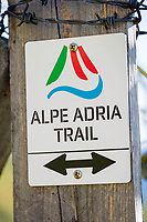 Oesterreich, Kaernten, Moelltal, bei Heiligenblut: Alpe Adria Trail - Bergwanderweg vom Fuss des Grossglockners in Kaernten über Kranjska Gora Slowenien nach Muggia in Friaul-Julisch Venetien | Austria, Carinthia, Valley Moelltal, near Heiligenblut: Alpe Adria Trail - mountain hiking trail from the foot of Grossglockner mountain to Muggia in Friuli-Venezia Giulia, Italy