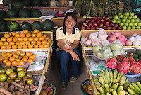 Thailand, Southern Thailand, Province Surat Thani, Ko Samui island: Young Thai girl at local fruit market | Thailand, Suedthailand, Provinz Surat Thani, Insel Ko Samui: junge Frau, Verkaeuferin auf dem Obst- und Gemuesemarkt